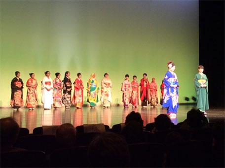 モンゴル・タイ・インドネシア・ドイツなどの学生も振り袖を着て大喜び。