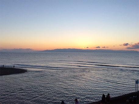 6:40 夜明け前 伊豆半島からの初日の出を待ちます。